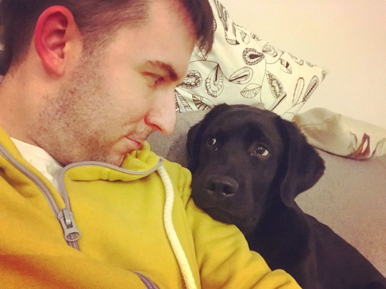 Asmeninio archyvo nuotr./Arnas Mazėtis su labradoru