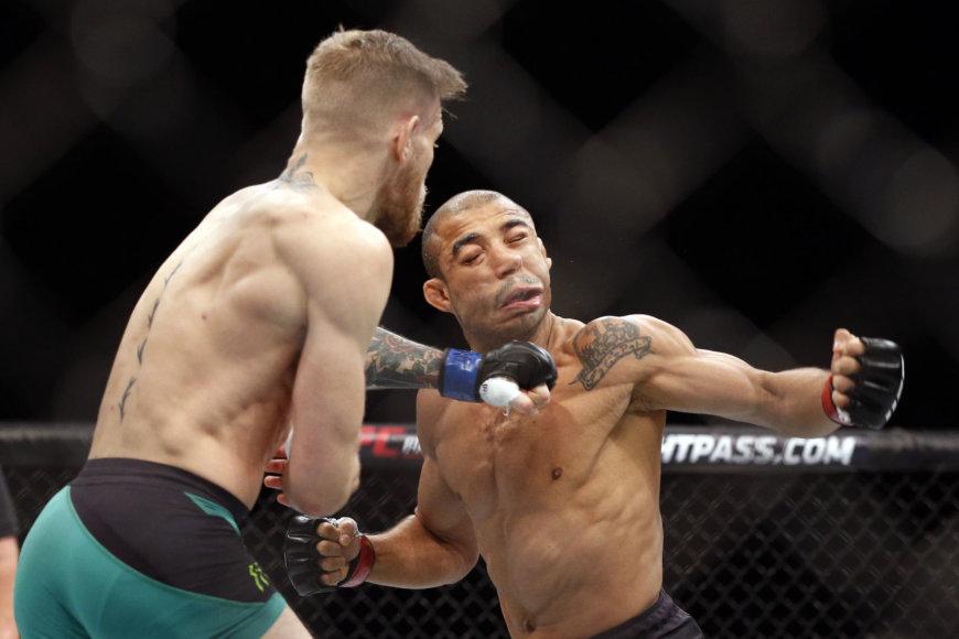 Jose Aldo (dešinėje) yra patyręs skaudų Conoro McGregoro smūgį.