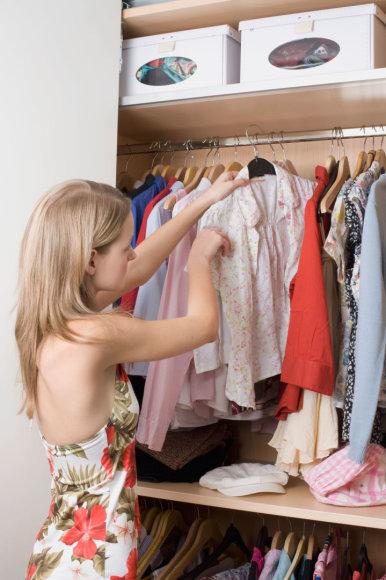 Vida Press nuotr./Moteris rūšiuoja drabužius
