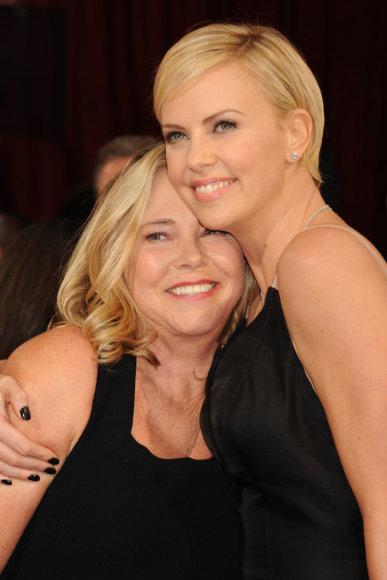 Vida Press nuotr./Charlize Theron su mama Gerda