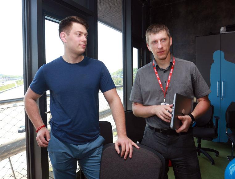 Aliaus Koroliovo/15min nuotr./Testuotojas Algirdas ir programuotojas Darius