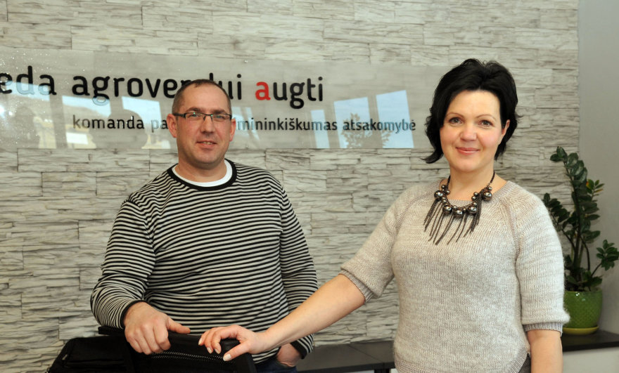 V.Suslavičiaus nuotr./Pasvalio filialo sekretorė Sonata Korsakienė ir Regiono vadybininkas Aidas Masilionis