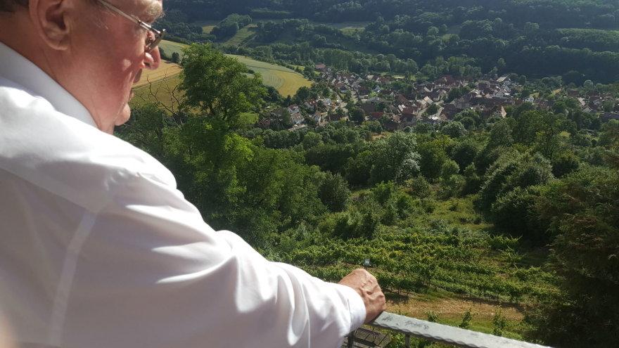 15min nuotr./Wolfgangas von Stettenas apžiūri miestelį pilies balkone