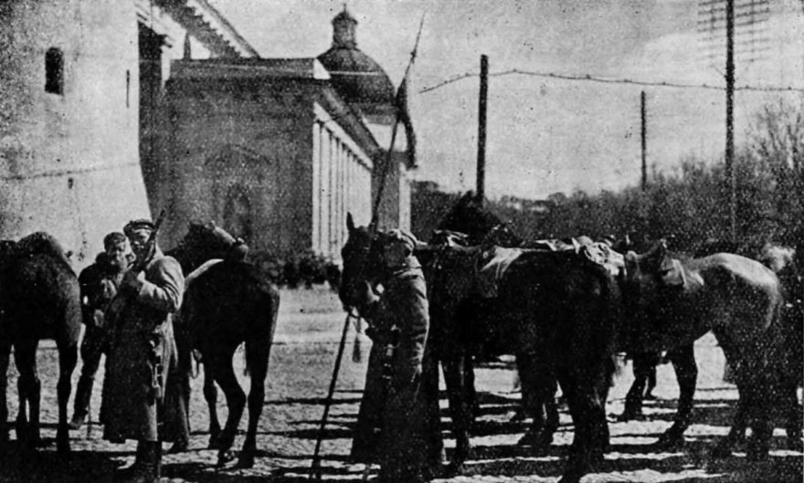 Wikipedia.org/Lietuvių puolimui nepavykus, lenkai 1919 m. balandį užėmė Vilnių – pirmieji lenkų raiteliai Vilniaus Katedros aikštėje 1919 m. balandį