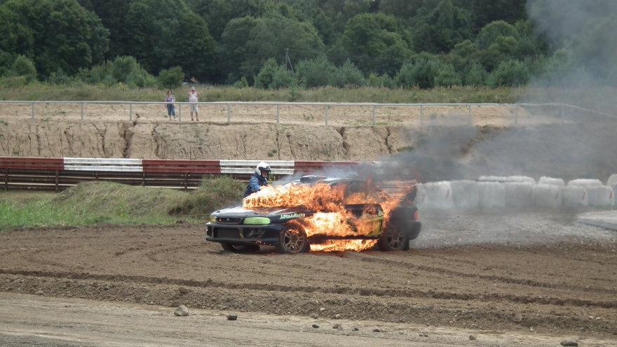 """Lenktynių metu degė """"Subaru"""""""