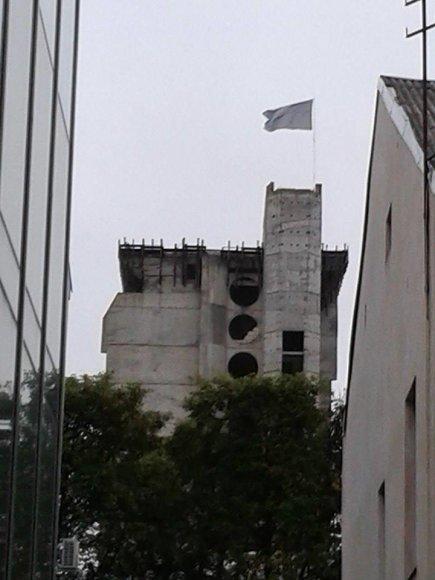 Netikėtai iškilo didžiulė pilka vėliava Kauno centre