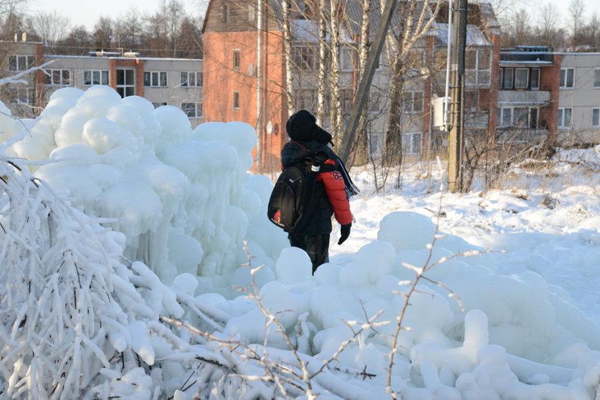 Prakiuręs Daugų vandens bokštas kuria ledo figūras