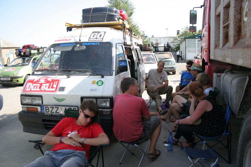 Ralio dalyviai 11 valandų laukia kelto į Turkmenbaši