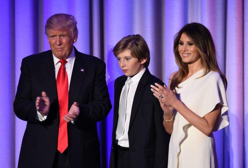 """AFP/""""Scanpix"""" nuotr./Donaldas Trumpas ir Melania Trump su sūnumi Barronu (2016 m.)"""