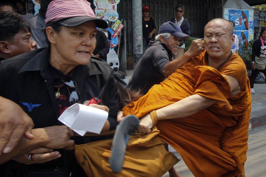Bankoke mušamas budistų vienuolis