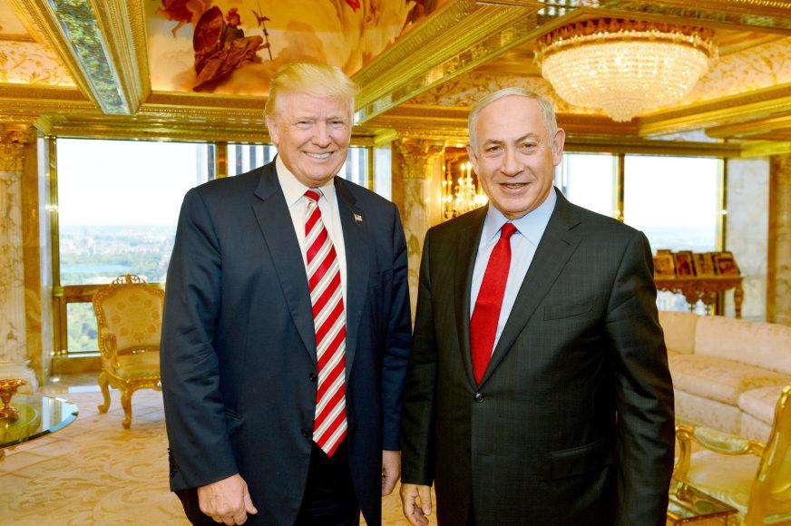 Benjaminas Netanyahu (dešinėje) ir Donaldas Trumpas Niujorke