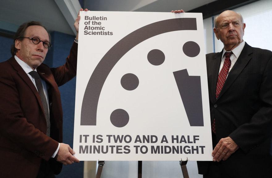 Pasaulio pabaigos laikrodis rodo be dviejų su puse minutės vidurnaktį