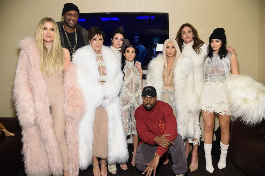 "AFP/""Scanpix"" nuotr./Khloe Kardashian, Lamaras Odomas, Kris Jenner, Kendall Jenner, Kourtney Kardashian, Kanye Westas, Kim Kardashian, Caitlyn Jenner ir Kylie Jenner"