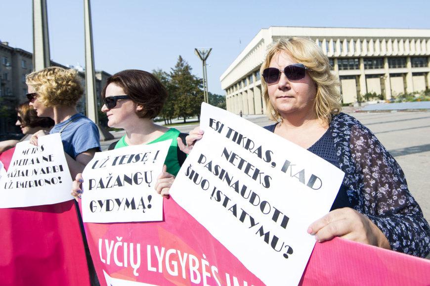 Prie Seimo - piketas dėl pagalbinio apvaisinimo