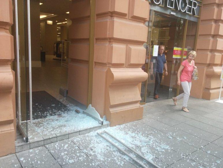 """Sostinės centre į šipulius pažiro """"Marks & Spencer"""" durys"""