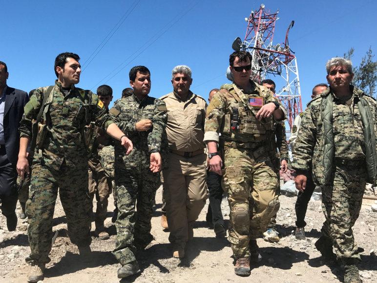 Sirijos kurdų kariai ir JAV kariškis