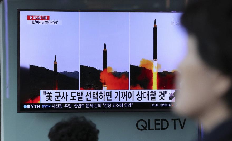 """""""Scanpix""""/AP nuotr./Paleista nauja """"žemė-žemė"""" tipo vidutinio nuotolio strateginė balistinė raketa """"Hwasong 12"""""""