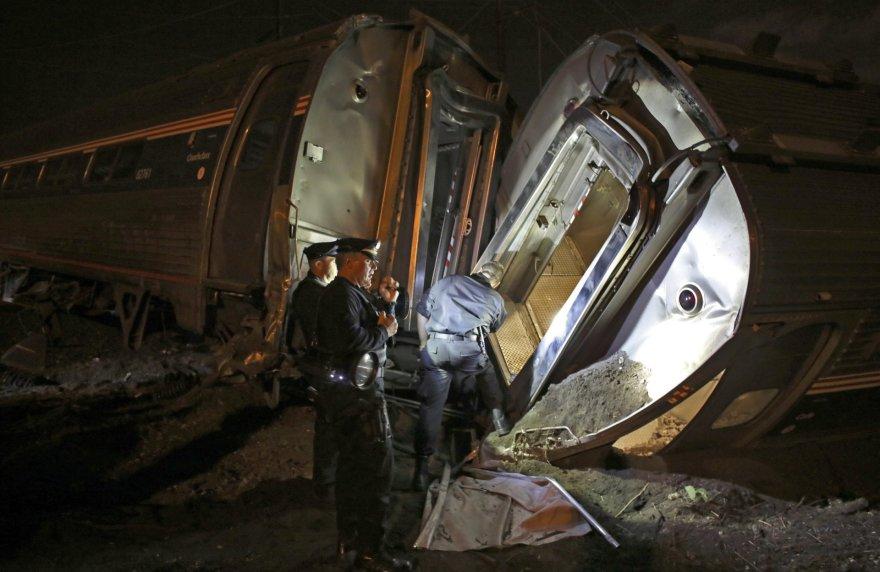 Pensilvanijoje per keleivinio traukinio avariją žuvo mažiausiai penki žmonės, dešimtys sužeisti.