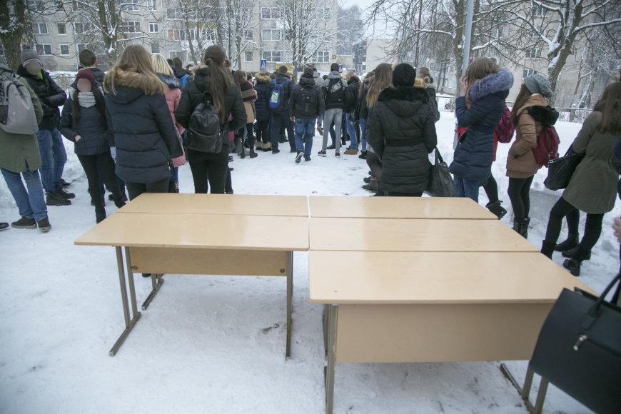 """Juliaus Kalinsko / 15min nuotr./Mokinių protestas Vilniaus """"Laisvės"""" gimnazijoje"""