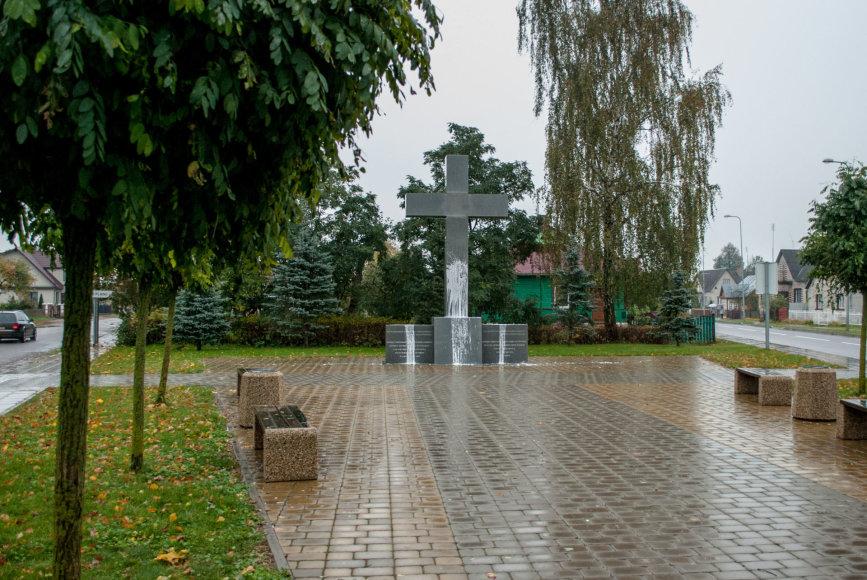 Eišiškėse baltais dažais apipiltas atminimo kryžius