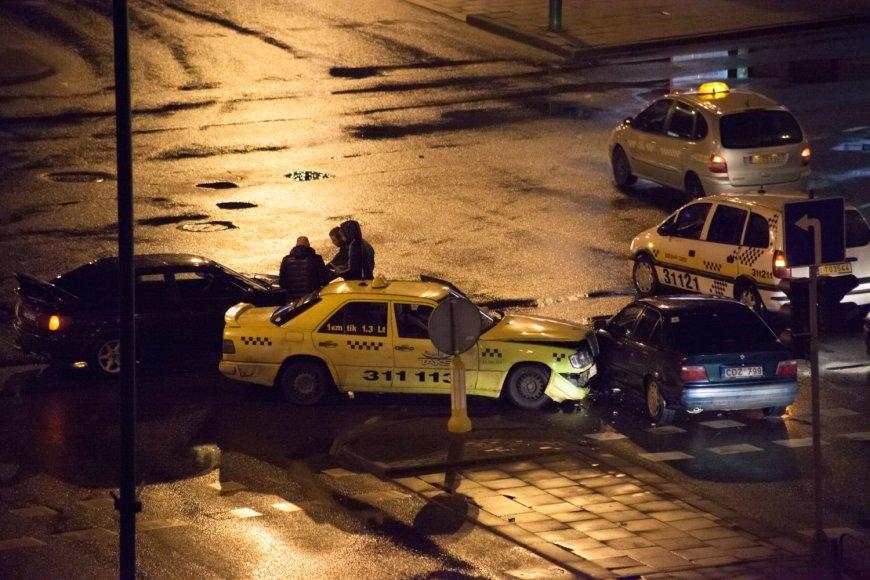 Sausio 15-osios ir Taikos pr. sankryžoje kelios minutės po vidurnakčio susidūrė BMW ir taksi automobilis.