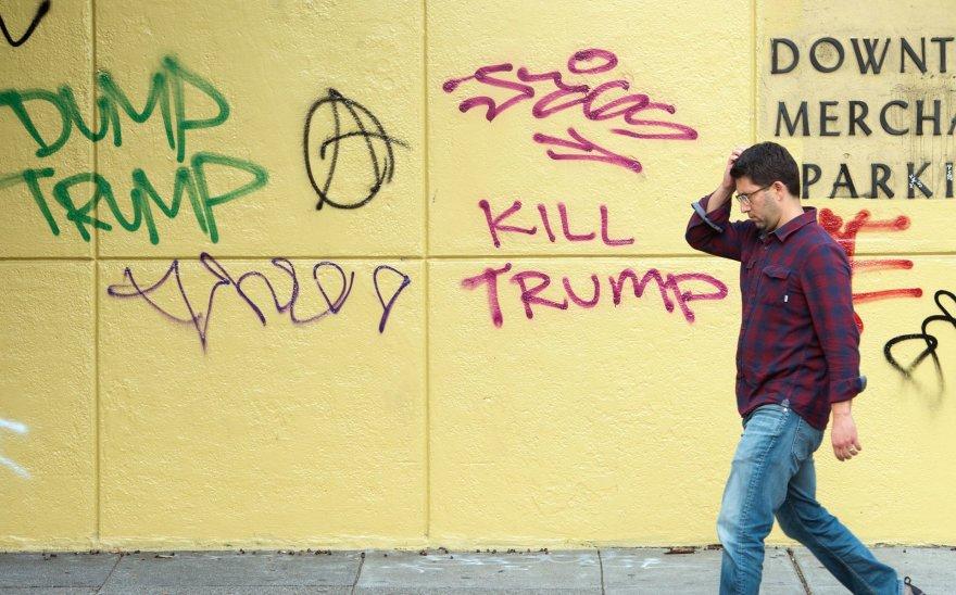 Kalifornijoje pasirodė D.Trumpą keikiančių grafičių