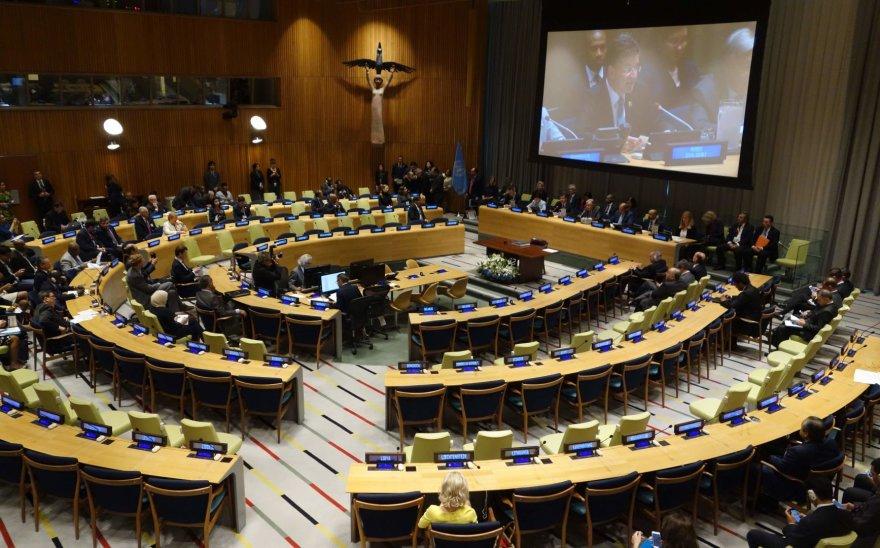 Jungtinėse Tautose pasirašoma branduolinių ginklų uždraudimo sutartis.