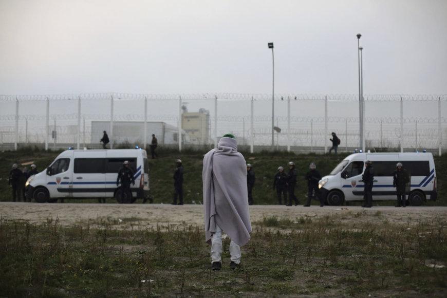 """Migrantai jau palieka """"Džiungles"""" Prancūzijos Kalė uostamiestyje"""