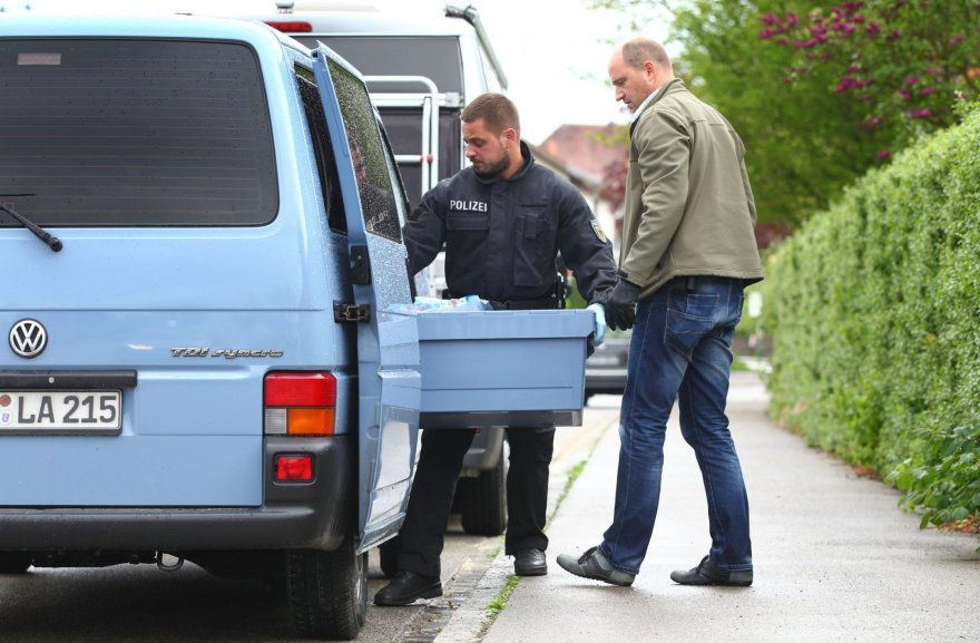 Tyrėjai atliko kratas įtariamų ultradešiniųjų teroristų namuose.