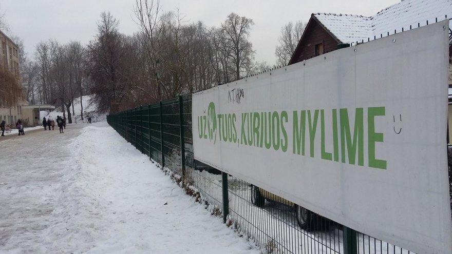 Plakatas ant P.Vileišio progimnazijos tvoros