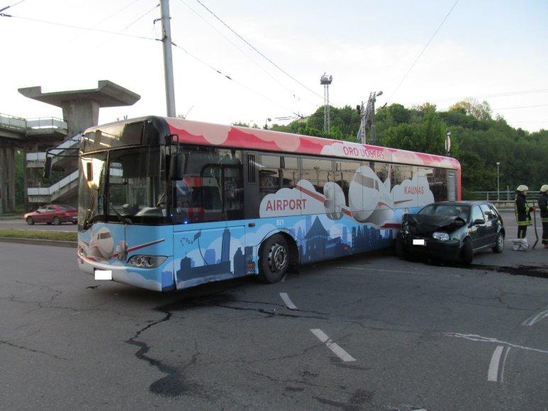 "Kaune 'VW Golf"" rėžėsi į autobusą"