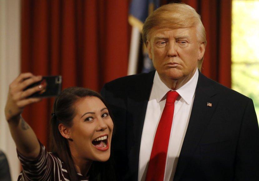 """Garsiajame Londono """"Madame Tussauds""""  vaškinių figūrų muziejuje trečiadienį buvo atidengta išrinktojo JAV prezidento Donaldo Trumpo vaškinis antrininkas"""