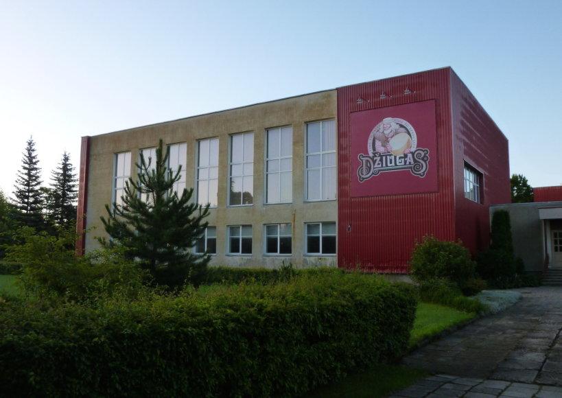 Mokyklos fasadą puošia sūrio reklama