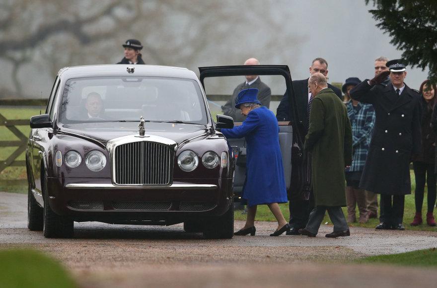 Karalienė Elizabeth II ir princas Philipas lipa į automobilį.