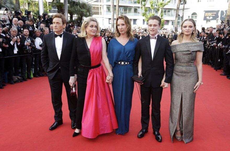 "Filmo ""La Tete Haute"" komanda (iš dešinės): Sara Forestier, Rodas Paradot, režisierė Emmanuelle Bercot, Catherine Deneuve ir Benoit Magimelis"