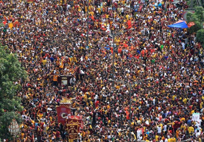 Maniloje vyko didžiulė basų katalikų maldininkų procesija