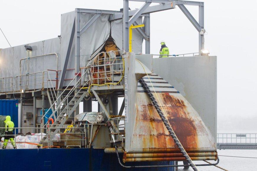 """""""NordBalt"""" kabelis kraunamas į laivą."""