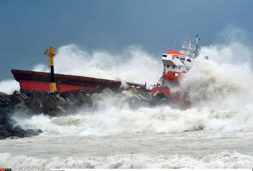 """Prie Prancūzijos krantų sudužo krovininis 100 metrų ilgio laivas """"Luno""""  2014 m. vasario 05 d."""
