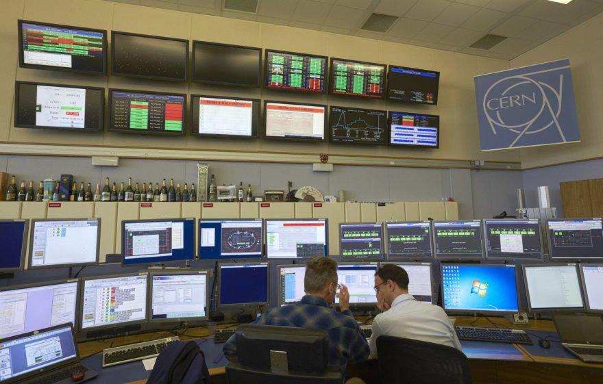 CERN mokslininkai analizuoja tyrimų rezultatus