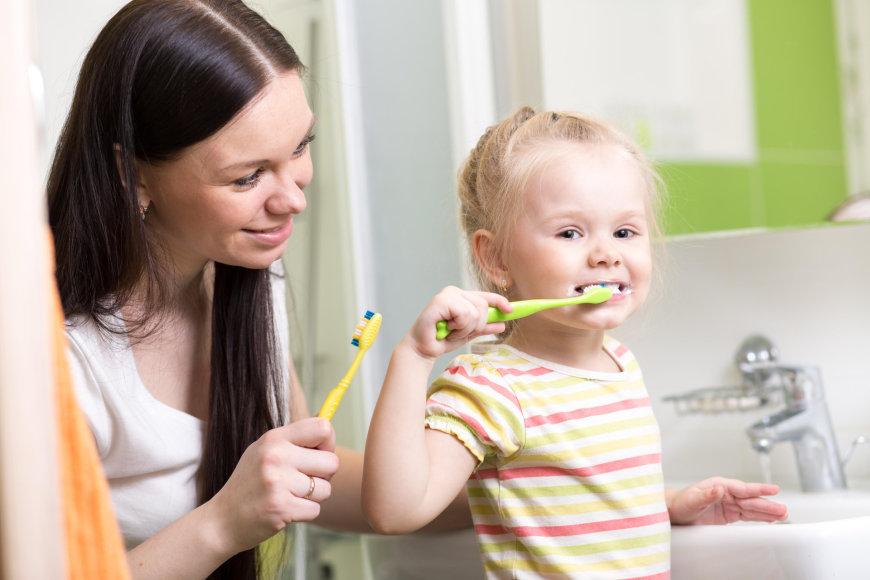 Mergaitė valosi dantukus