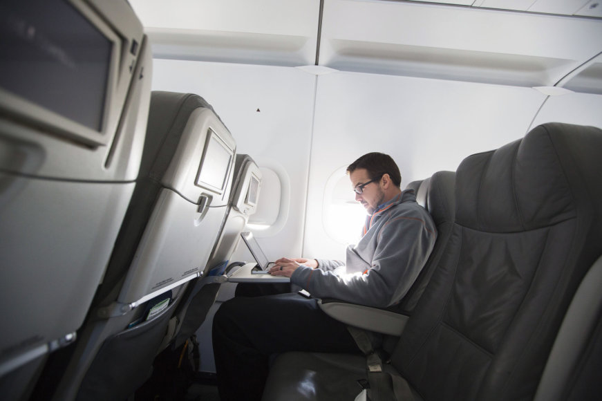 Svarstoma uždrausti įsinešti nešiojamuosius kompiuterius į lėktuvų salonus