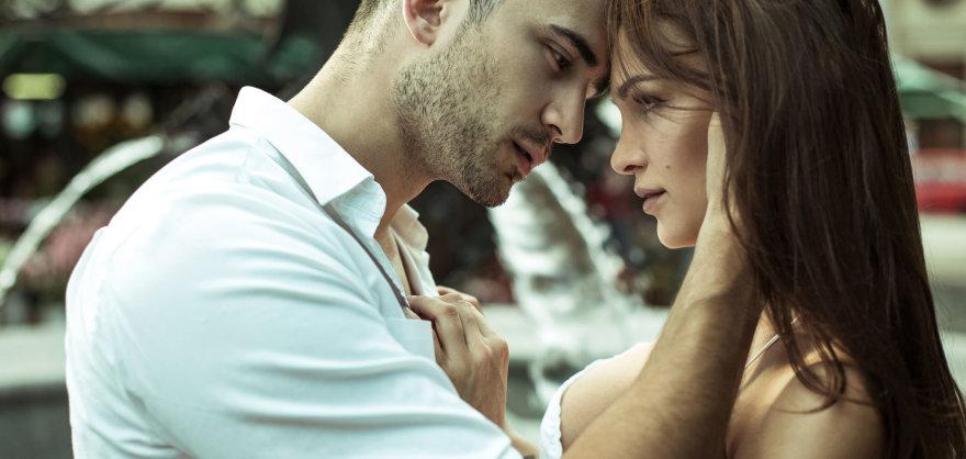 Vyras trokšta pabučiuoti  moterį