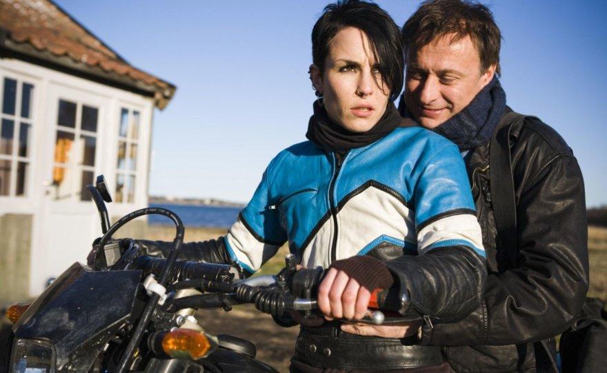 """Noomi Rapace ir Michaelis Nyqvistas filme """"Mergina su drakono tatuiruote"""" (2009 m.)"""