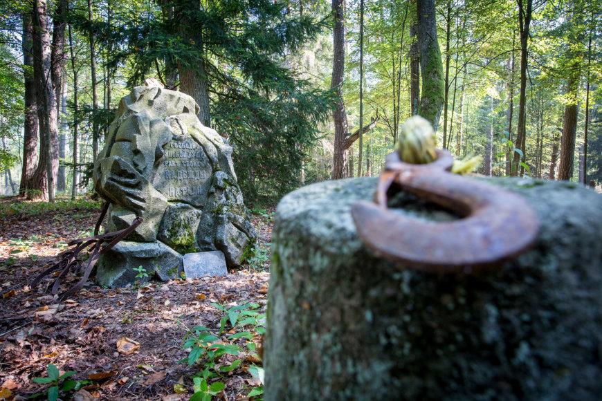 Išniekintos ir apleistos istorinės kapinės Varėnos rajone