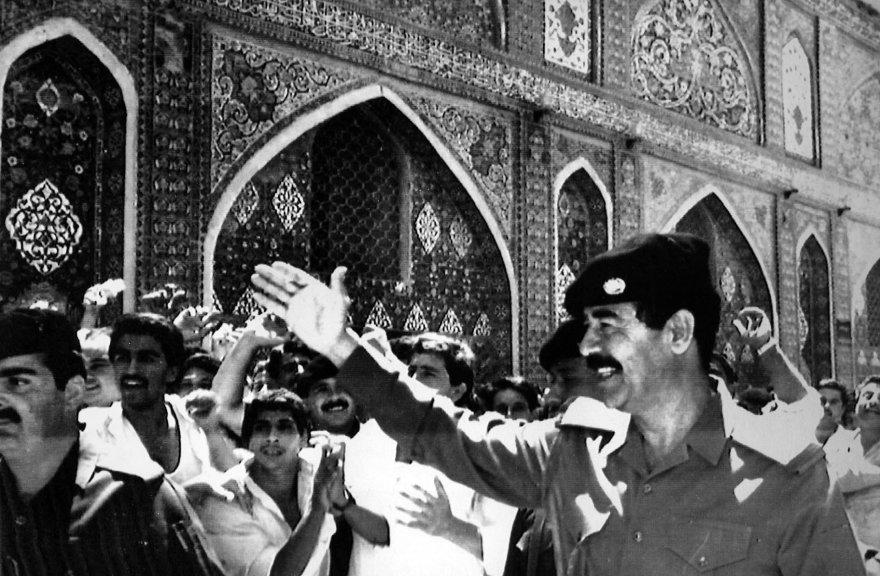 Saddamas Husseinas sveikinasi su džiūgaujančia minia. (1988 m.)