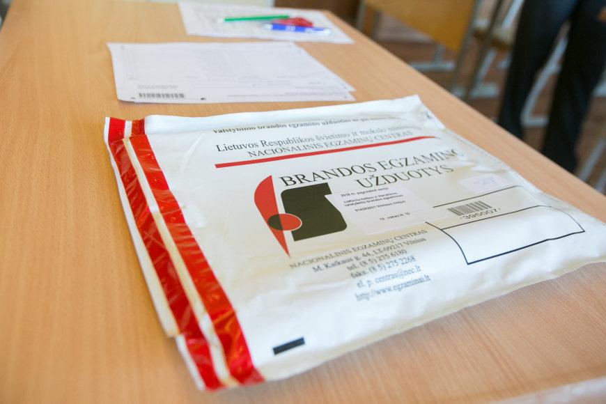 Abiturientai laiko privalomąjį lietuvių kalbos ir literatūros egzaminą