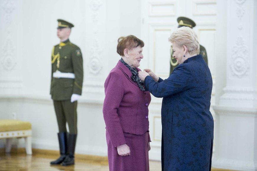 """Prezidentė Dalia Grybauskaitė pasveikino ir ordino """"Už nuopelnus Lietuvai"""" medaliu apdovanojo daugiavaikes motinas"""