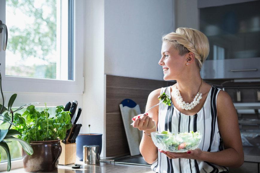 Moteris valgo salotas