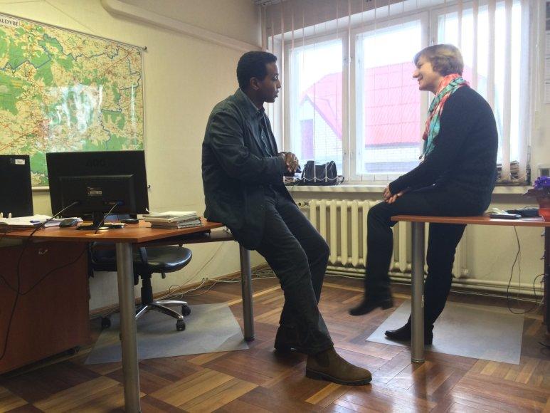 R.Ramanauskienė kalbasi su britų žurnalistu R.Omaaru