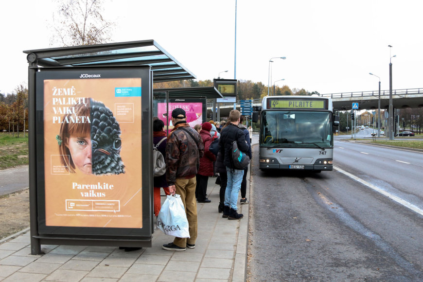 Vilniaus Sietyno stotelėje laukiantys žmonės